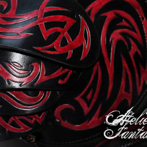 armure-en-cuir-rouge-noire