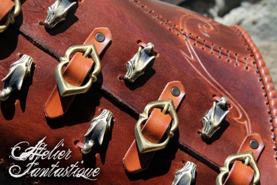 corset-en-cuir-boucles